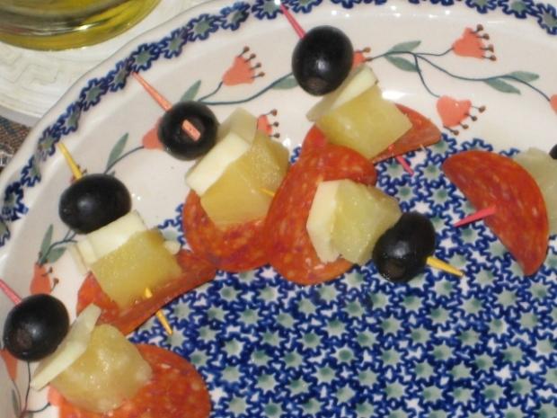sorpressata-cheddar-pineapple-olive skewers!